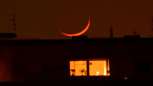屋根の上のお月さん
