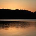 日暮れの山上の湖