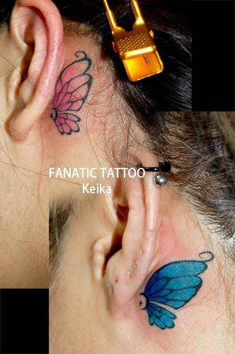 耳裏におそろいの蝶