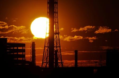2012年5月5日午前4時54分、鶴見の工場の煙突から巨大火の玉昇る。