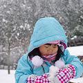 写真: ミニ雪だるま製作中