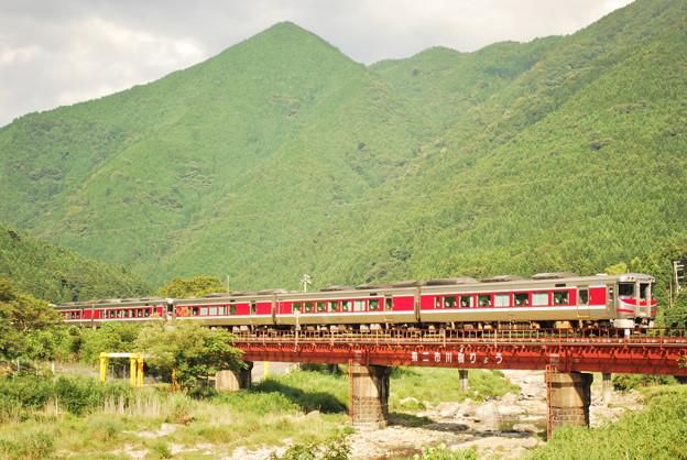 鉄橋を渡るキハ189系