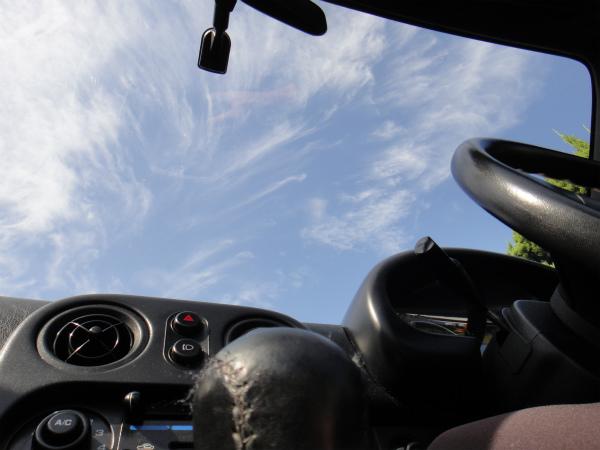 青空を見ながらドライブへ出発