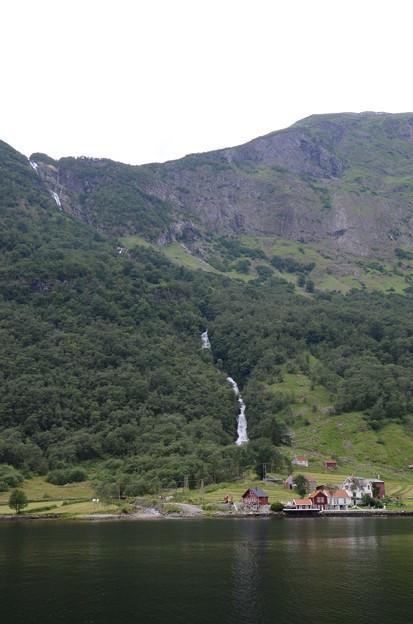 31.流れ落ちる滝と小さな村
